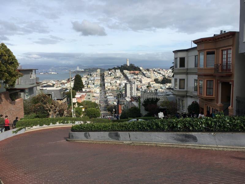 Von der Spitze der Lombard-Straße unten schauend, 1 lizenzfreie stockfotos