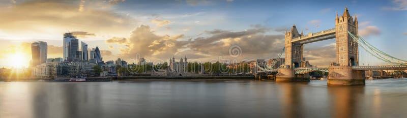Von der Turm-Brücke zu den Wolkenkratzern der Stadt, Vereinigtes Königreich lizenzfreie stockbilder