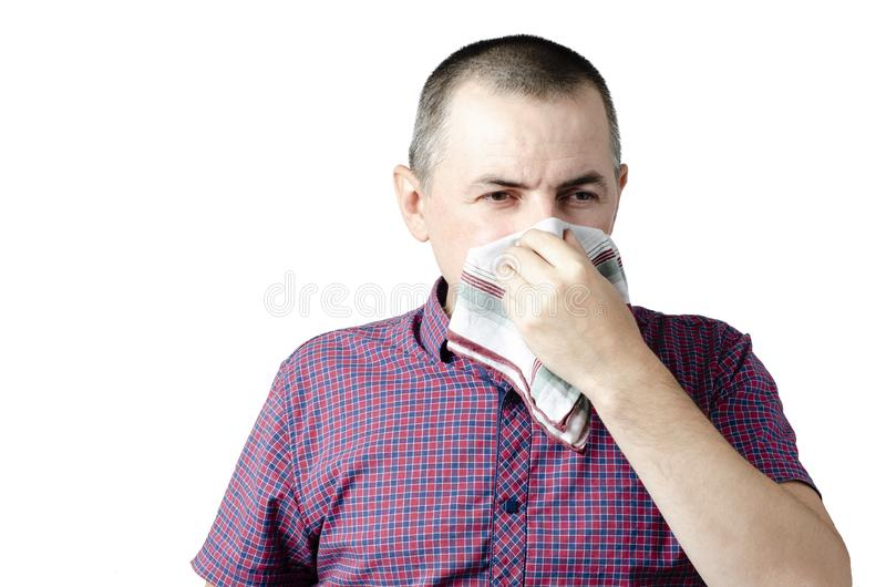 Von einem jungen Mann mit Taschentuch Kranker Kerl hat laufende Nase Mann macht eine Heilung f?r die Erk?ltung lizenzfreies stockbild