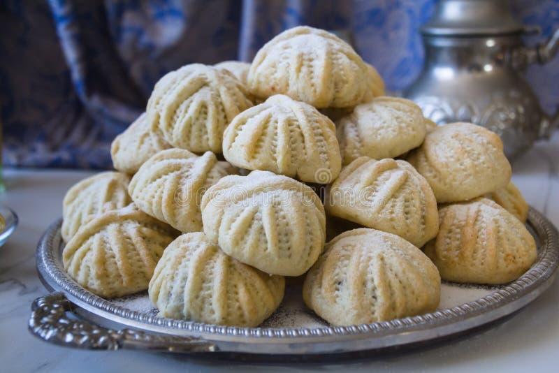 Von Hand verziertes 'Maamoul 'ein arabischer Nachtisch füllte die Plätzchen, gemacht mit Daten Paste, Mandeln, Walnüsse und Zimt stockfotografie
