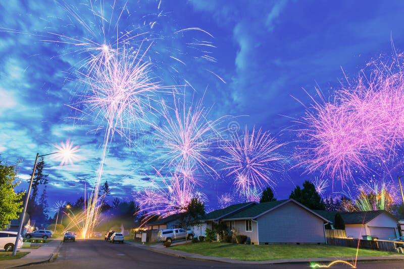 4. von Juli-Feuerwerken nachts in der Nachbarschaft lizenzfreie stockfotos