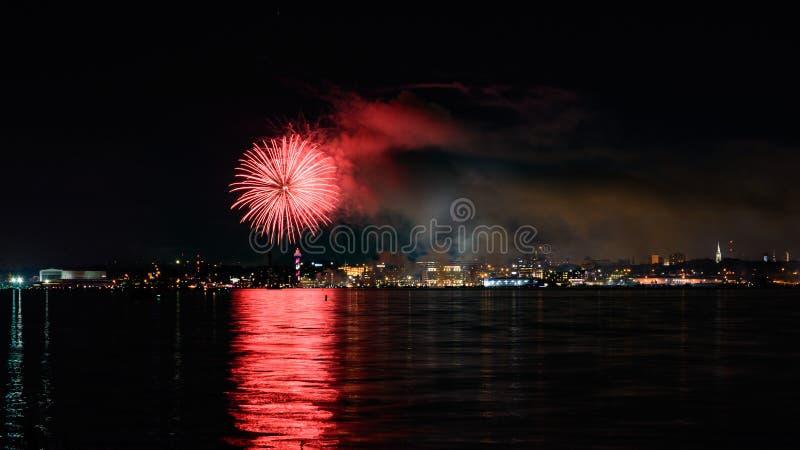 4. von Juli-Feuerwerken am zweihundertjährigen Turm in Erie, PA stockfoto