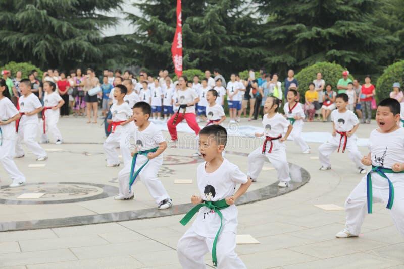 von Kindern Xi'ans Taekwondo in der Xi'an-Museumsquadratleistung lizenzfreies stockfoto