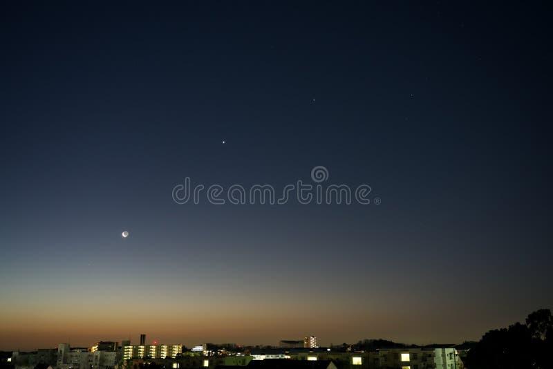 Von linkem Saturn, vom Mond, von Venus, von Jupiter und vom Skorpion am Tagesanbruch lizenzfreies stockbild