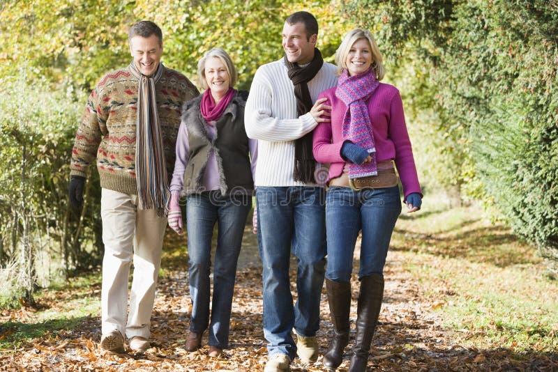 Von mehreren Generationen Familie, die Herbstweg genießt stockbild