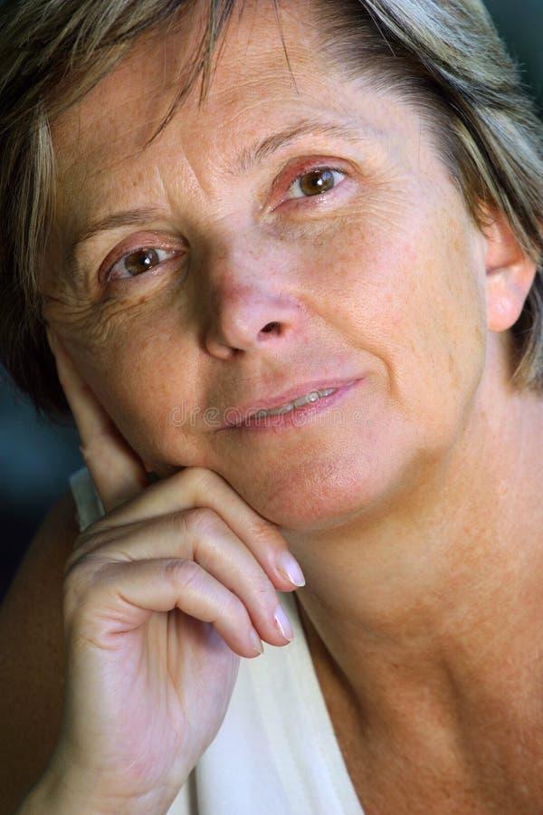 Von mittlerem Alter Frau, die nach vorn schaut stockfoto