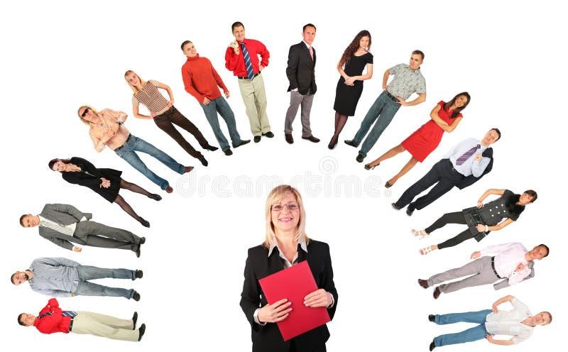 Von mittlerem Alter Geschäftsfrau mit rotem Faltblatt stockbilder