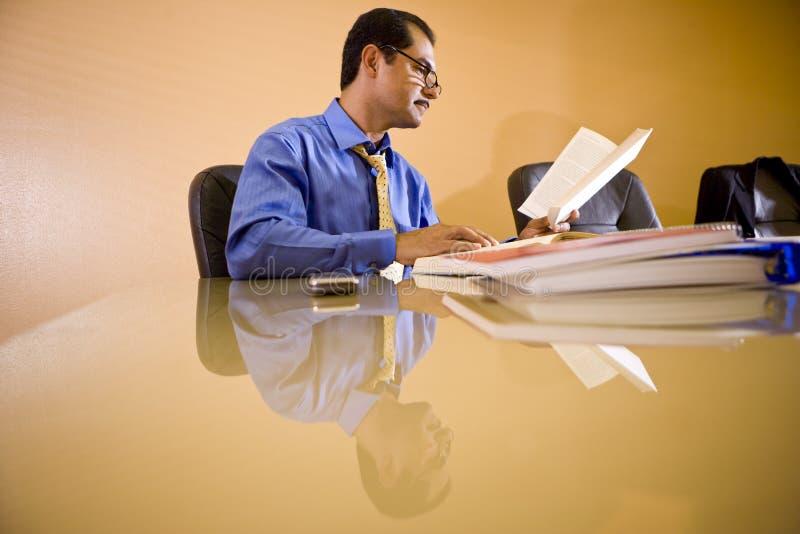 Von mittlerem Alter hispanischer Geschäftsmann, der im Büro arbeitet stockfoto