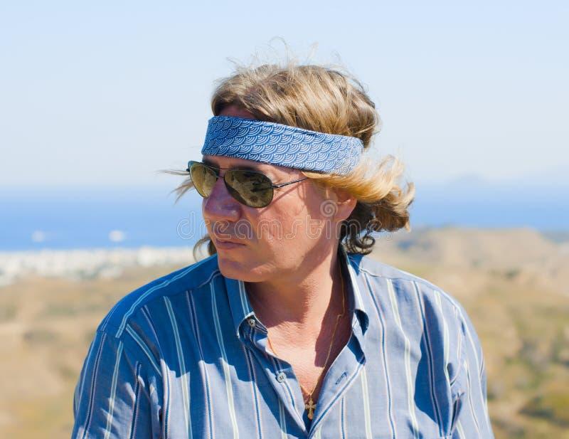 Von mittlerem Alter Mann in den Sonnenbrillen mit dem Strömen des Haares stockbilder