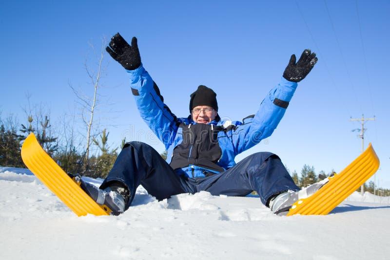 Von mittlerem Alter Mann, der fällt, um zu schneien lizenzfreies stockfoto