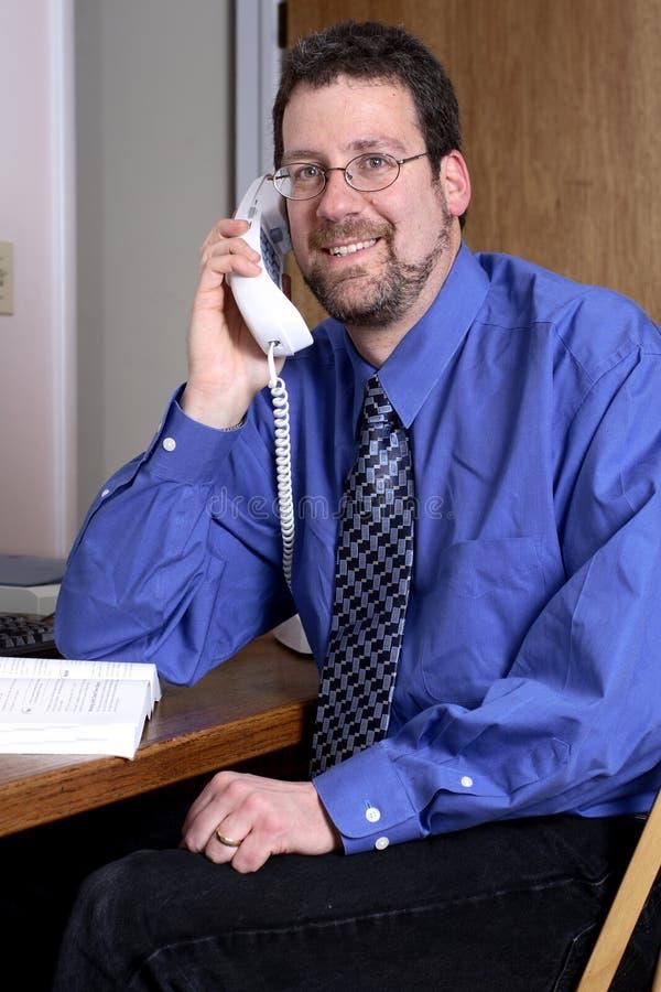 Von mittlerem Alter Mann, der am Telefon spricht stockfoto