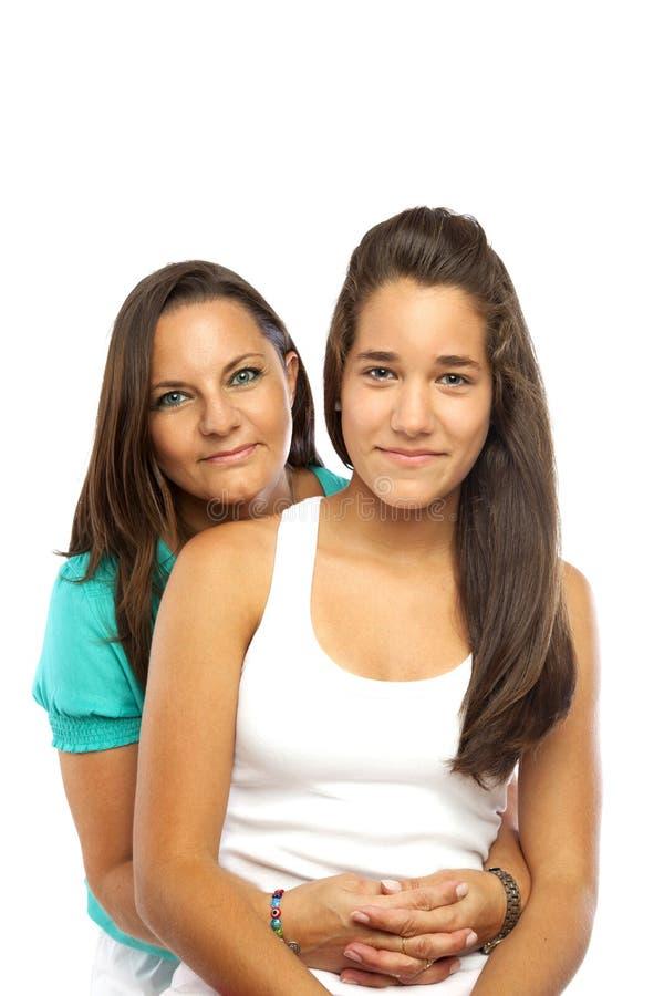 Von mittlerem Alter Mutter, die ihre Tochter umarmt stockfotografie