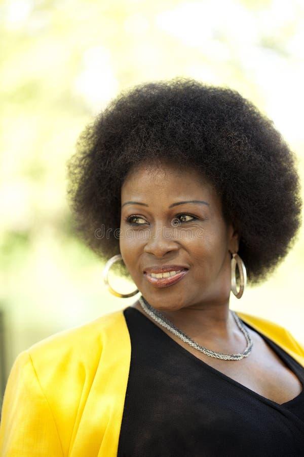 Von mittlerem Alter schwarze Frau draußen Portrait stockfotos