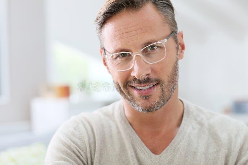 Von mittlerem Alter tragende weiße Brillen des hübschen Mannes stockbilder