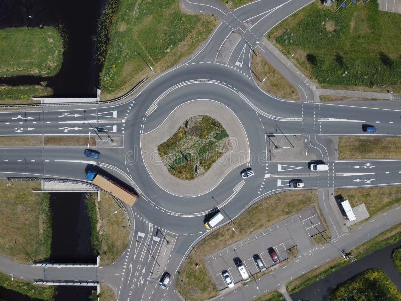 Von oben aus Sicht auf einen Kreisverkehr auf einer Hauptstraße in einem städtischen Gebiet lizenzfreies stockfoto