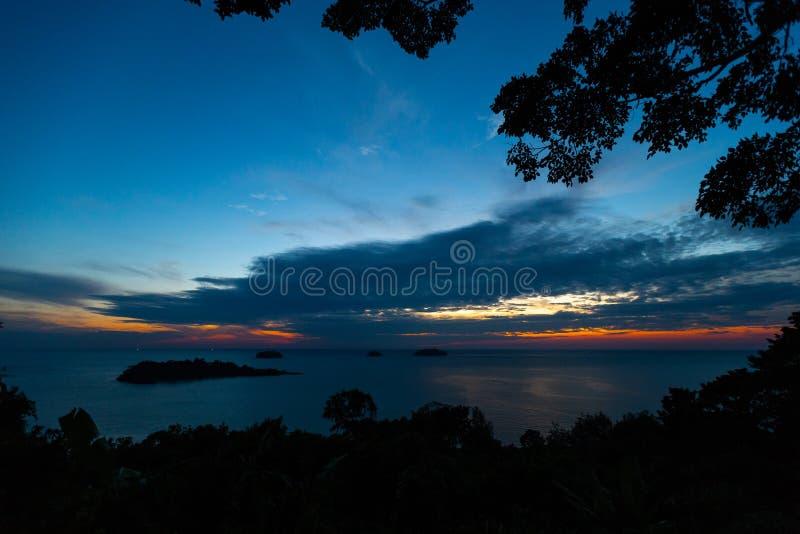 VON OBEN: Klarer Sonnenuntergang in Insel Ko Chang in Thailand, im April 2018 - Paradise schauen in Wirklichkeit - beste Reise lizenzfreie stockfotos