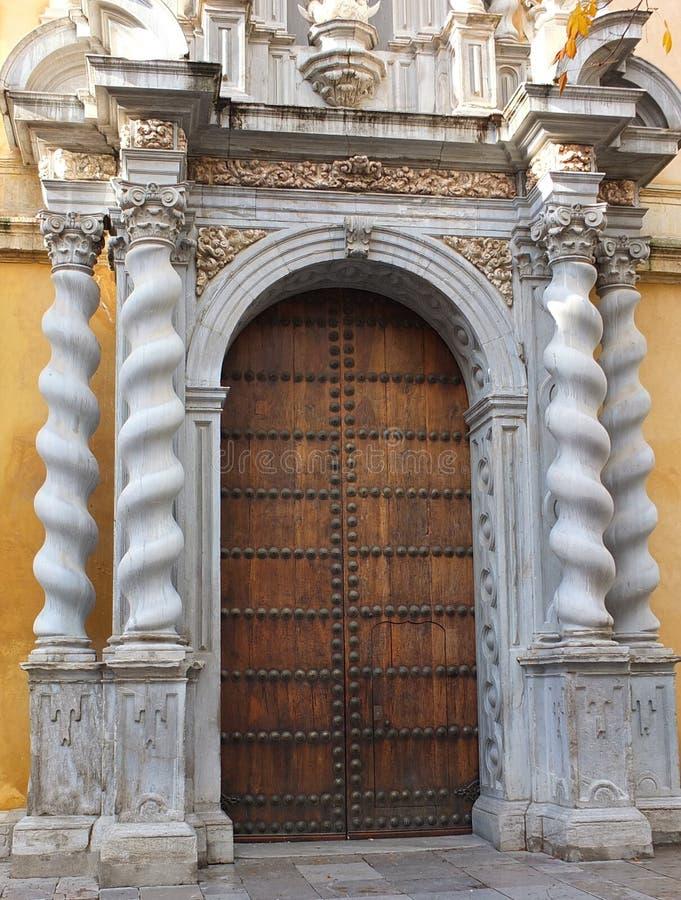 Von Pfeilern gestützt Eingang stockbilder