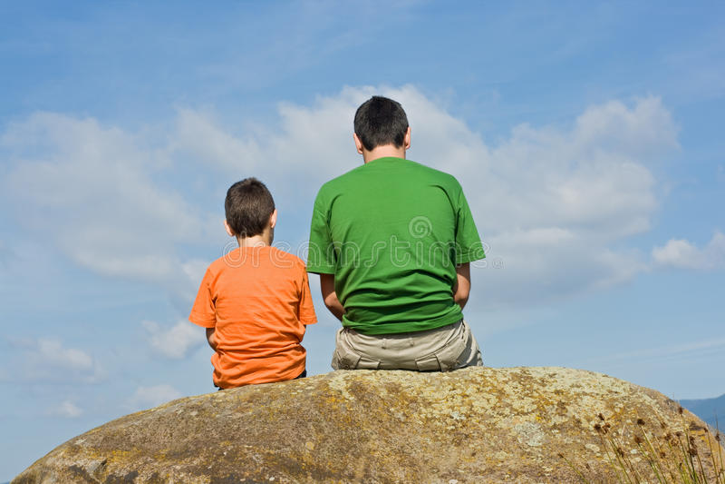 Von Vater zu Sohn - das Konzept des großen Gespräches lizenzfreies stockbild