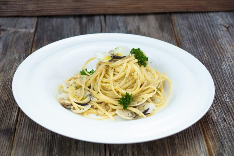Vongole alla спагетти на деревянной предпосылке стоковая фотография