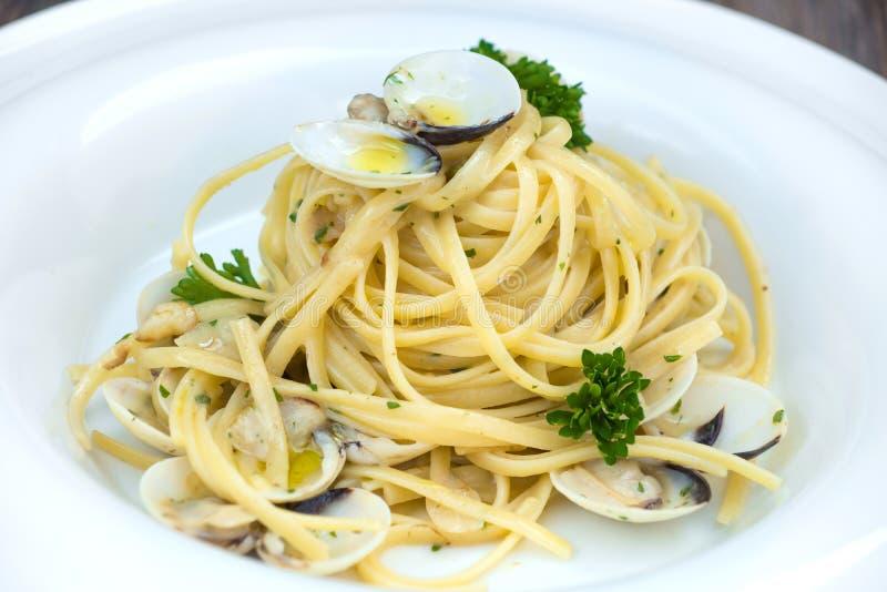 Vongole alla спагетти на деревянной предпосылке стоковые фотографии rf