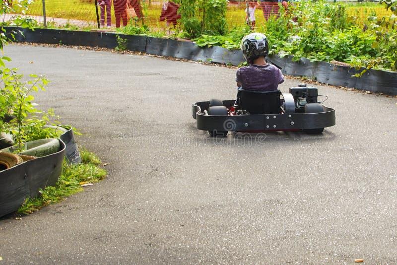 Vont le coureur de kart sur la route en nature photographie stock libre de droits
