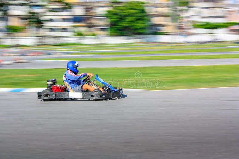 Vont le coureur de kart sur la voie, tir est filtré photographie stock libre de droits