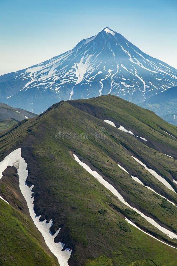 Voo aéreo acima dos vulcões de Kamchatka a terra dos vulcões e de vales verdes fotografia de stock royalty free