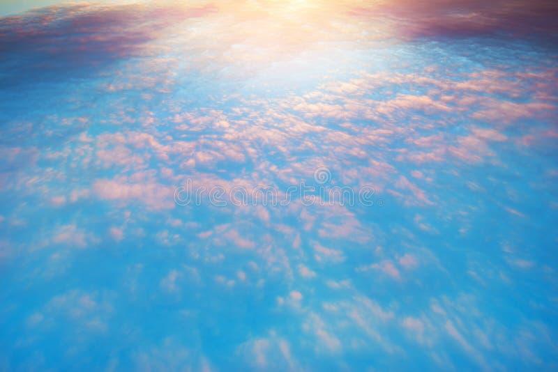 Voo acima das nuvens coloridas imagens de stock