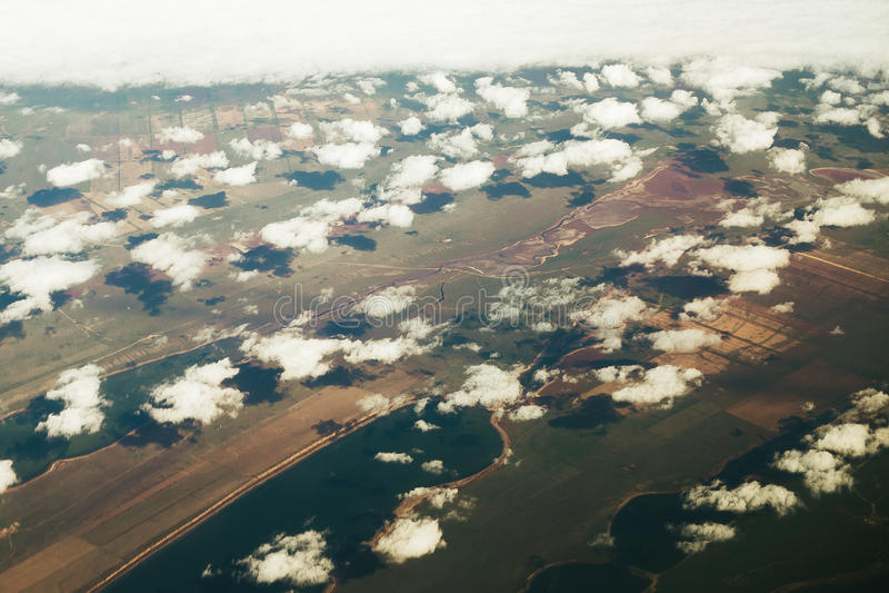 Voo acima das nuvens Vista do avião fotos de stock