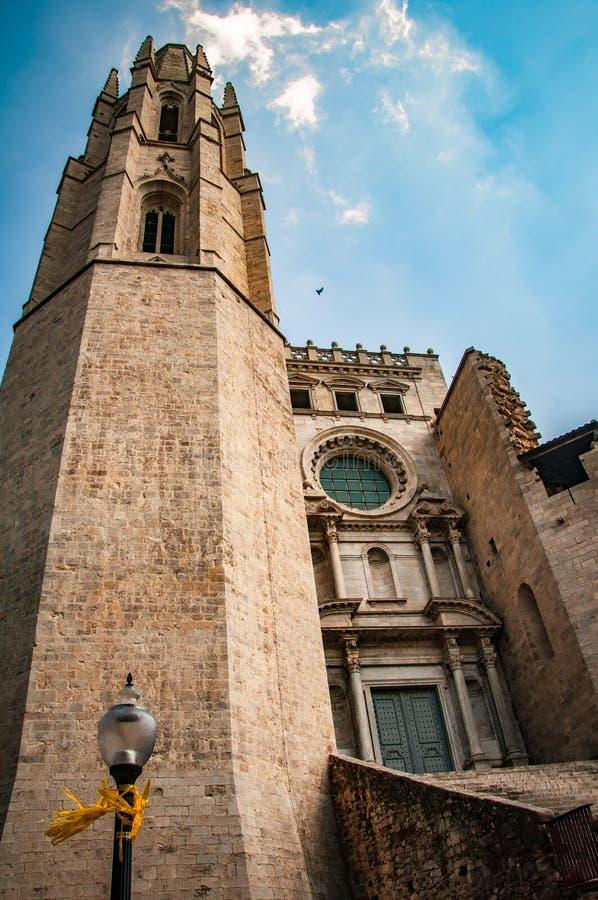 Voo altamente acima da catedral em Girona fotos de stock royalty free