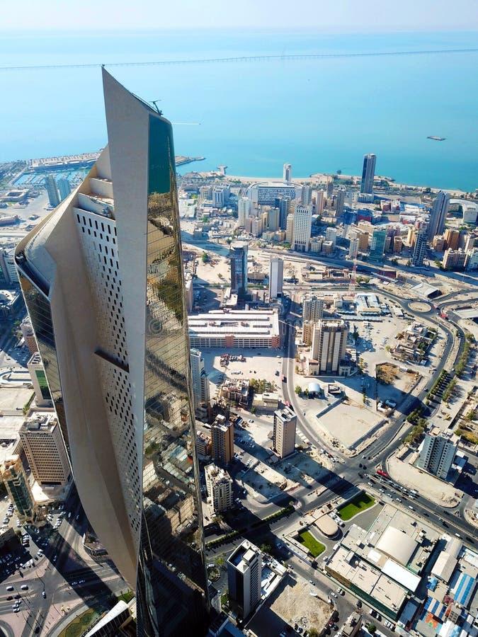 Voo alto - ideia aérea da arquitetura moderna do centro da Cidade do Kuwait fotos de stock royalty free