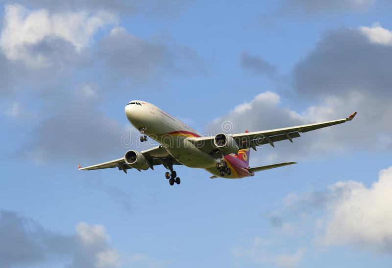 Voo através das nuvens Airbus A330-343 (B-5910) Hainan Airlines imagem de stock