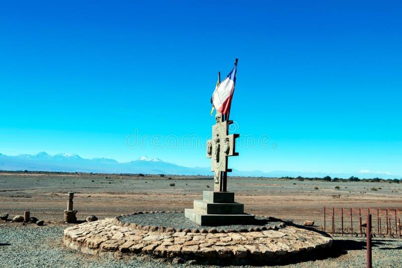 Voo chileno da bandeira sobre o céu azul e símbolos de Inka no deserto de Atacama, o Chile imagens de stock royalty free