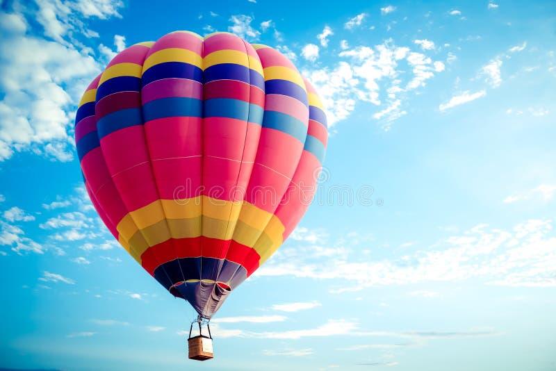 Voo colorido do balão de ar quente no céu fotos de stock