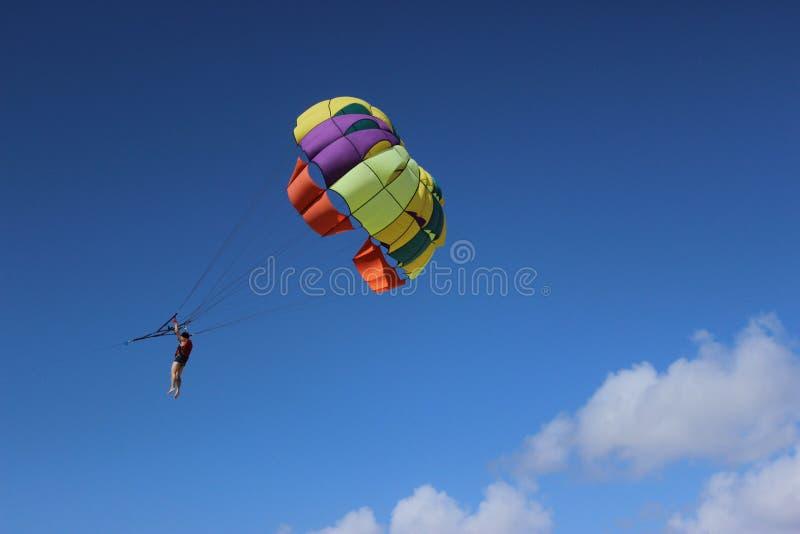 Voo colorido do paraquedas no céu tormentoso imagens de stock royalty free