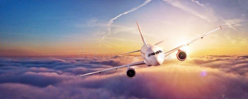 Voo comercial do avião acima das nuvens imagens de stock
