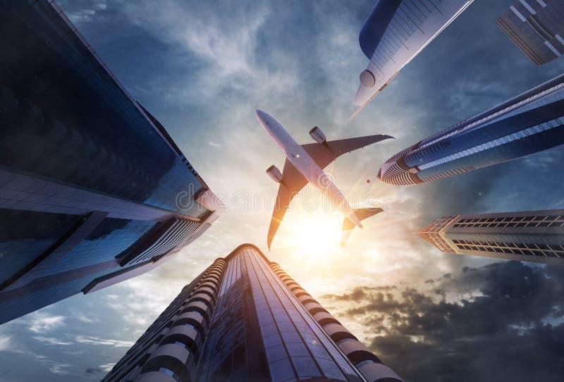 Voo comercial do avião acima dos arranha-céus fotos de stock