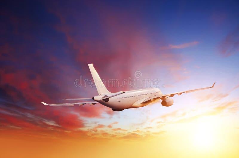 Voo comercial do avião dos passageiros acima das nuvens fotografia de stock