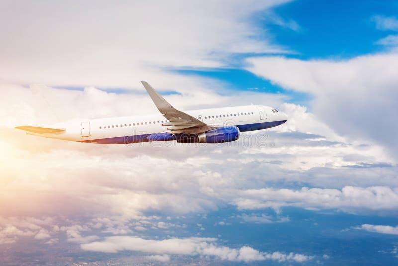 Voo comercial do avião dos passageiros entre a luz do sol das nuvens Curso do conceito pelo ar foto de stock