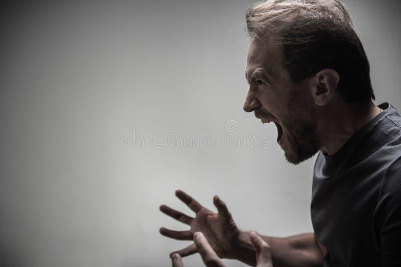 Voo cruel do homem em uma raiva imagens de stock