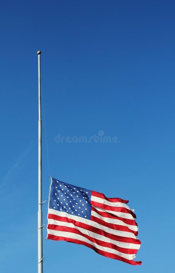 Voo da bandeira americana no meio pessoal na memória de vítimas do massacre de Newtown. foto de stock