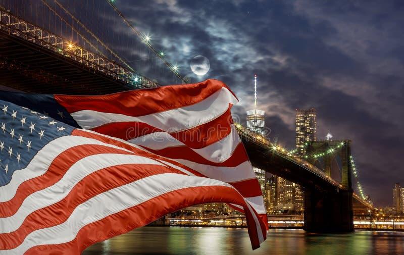 Voo da bandeira de New York City, E.U. na margem de Brooklyn com skyline de Manhattan no fundo fotos de stock royalty free