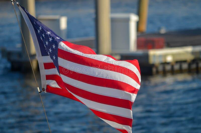 Voo da bandeira dos E.U. no barco imagens de stock royalty free