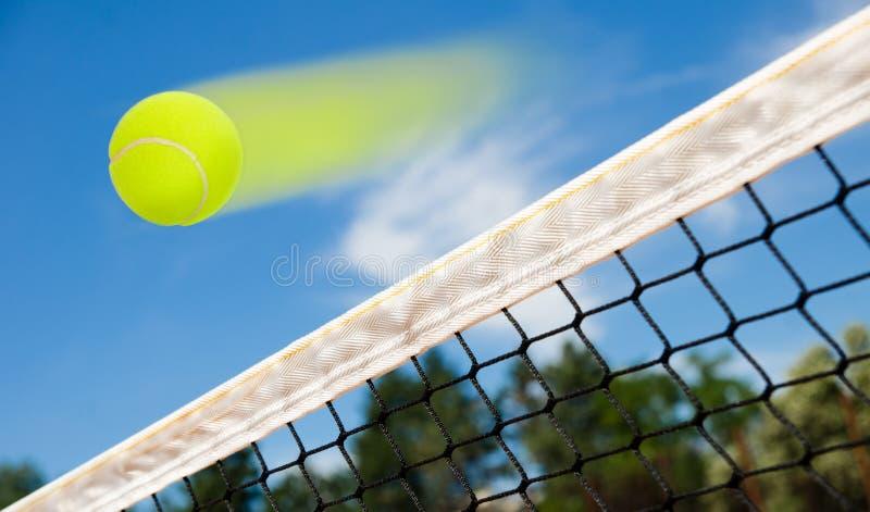 Voo da bola de tênis imagem de stock