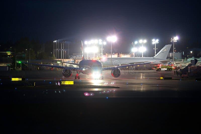 Voo da entrega da noite do dreamliner de British Airways B787-8 foto de stock royalty free
