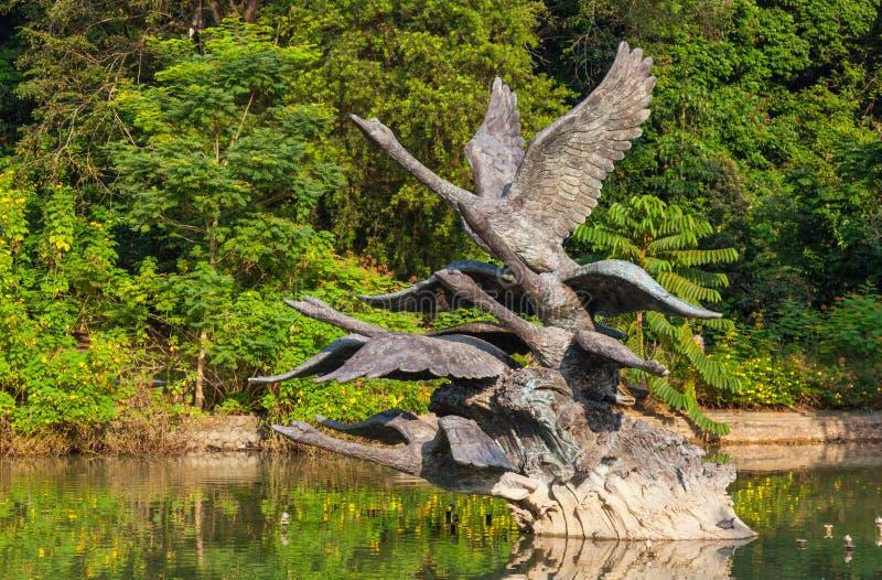 Voo da escultura das cisnes foto de stock