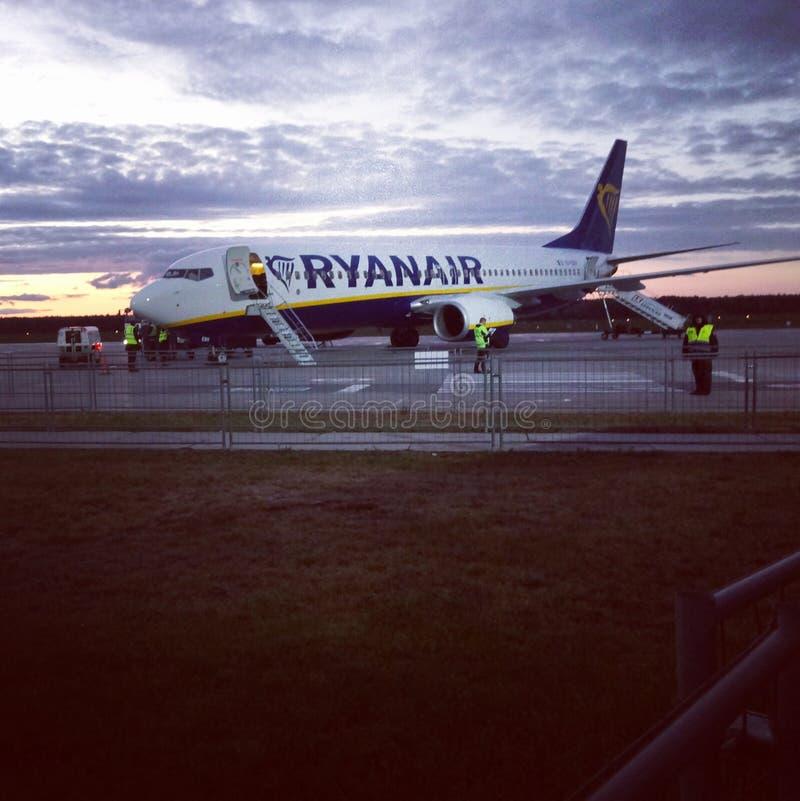 Voo da mosca do avião de Ryanair imagem de stock