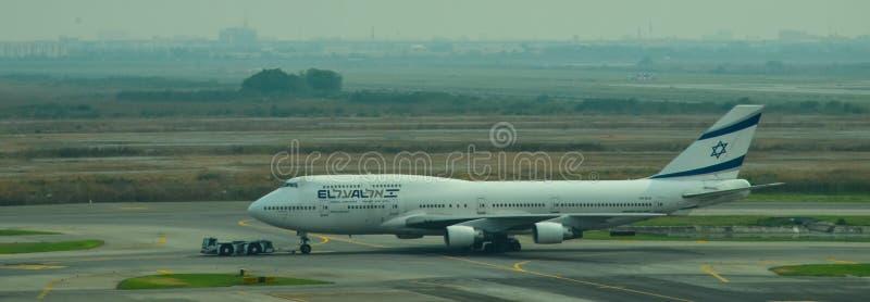 Voo das linhas aéreas no aeroporto internacional de Suvarnabhumi imagem de stock