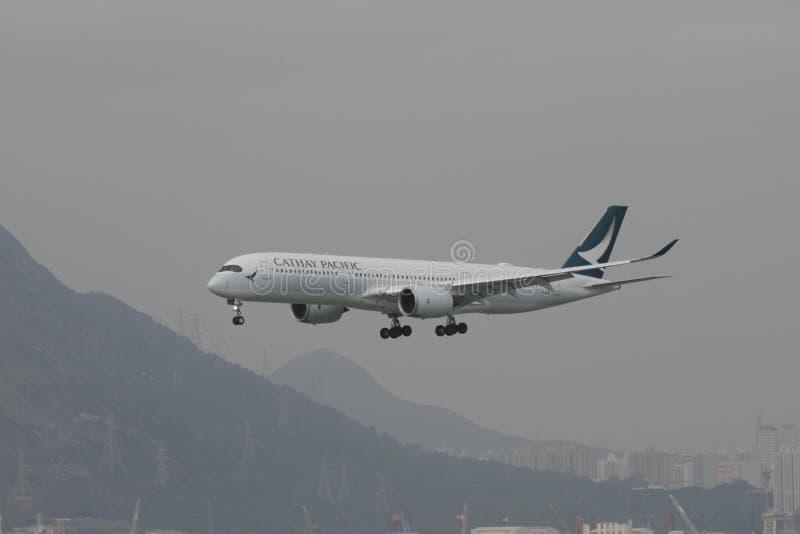Voo de Cathay Pacific A350 que aterra Hong Kong fotografia de stock royalty free