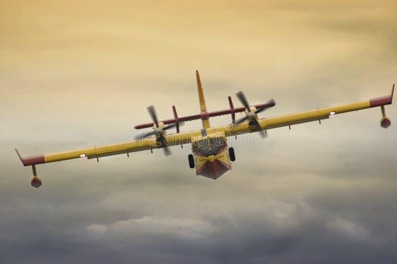 Voo de combate ao fogo dos aviões baixo durante a exposição fotografia de stock